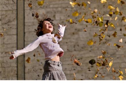 bimba e foglie che volano