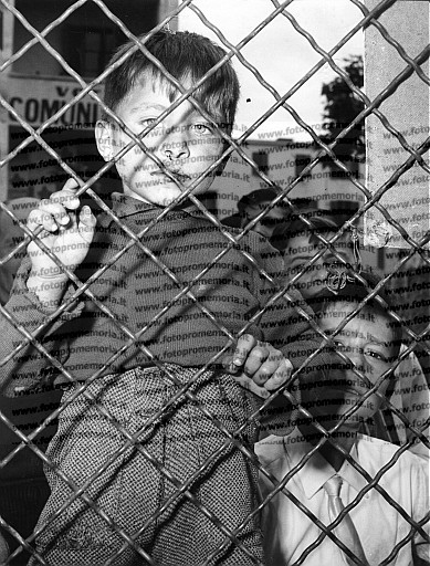 Roma, 1953. Bambini che giocano in strada nella borgata di Primavalle.