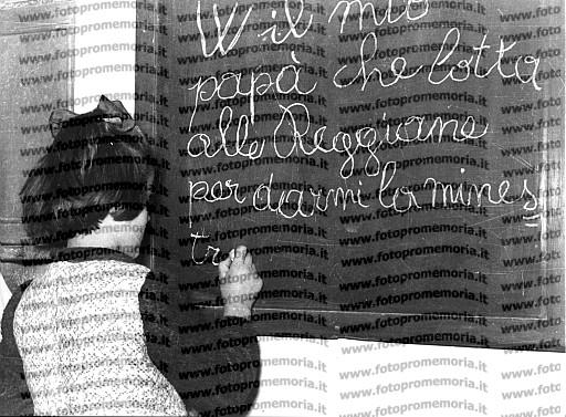 Reggio Emilia, 1951, Scolara che scrive sulla lavagna una frase di sostegno per la lotta delle Officine Meccaniche Reggiane.