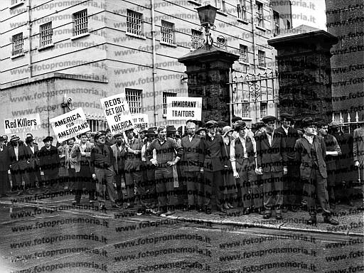 """Italia, 1970. Gruppo di comparse per la scena delle manifestazioni contro gli immigrati, durante le riprese del film drammatico """"Sacco e Vanzetti""""di Giuliano Montaldo."""