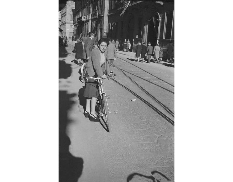 Corso Monforte, ritratto di giovane donna con bicicletta