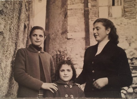 Tre sorelle, Famiglia De Gregori, Scandriglia, 1957. Acquisizione digitale da stampa positiva ai sali d'argento, 7 x 10,5 cm.